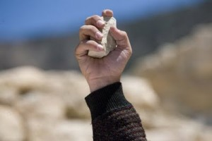 """alt=""""el que esté libre de pecado que tire la primera piedra, javierpellicerescritor.com"""""""